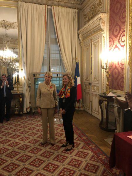 Madame Françoise MAIGNE-GABORIT, Présidente de la CNEJI, expert en évaluation immobilière près la Cour d'appel de Paris et agréée par la Cour de cassation, recoit la légion d'honneur des mains du Ministre de la Justice